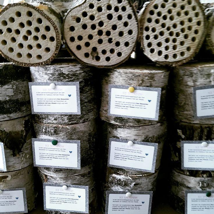 Bijenhotels van boomstammetjes. Gemaakt met trots door Den Besselder. Te koop tijdens het Manana Manana festival 2015