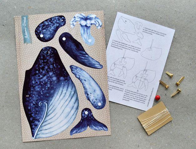 Kleiner Wal, der deine Wand fröhlicher macht und dich hoffentlich auch. Diese Wal winkt frech mit der Flosse und sprüht vor Freude eine Fontäne.   Dieses Set besteht aus einem Bastelbogen, einer...