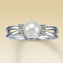 non-tradish pearl ring: Crystals Rings, Pearl Rings, Pearls Rings, Pearls Wedding Rings, Pearls Diamonds, Rings I Love, Beautiful Pearls, Culture Pearls, My Engagement Rings