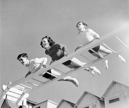 ジャック=アンリ・ラルティーグ《ダニとミションとボビー、フリボール・クラブにて、カンヌ》1936年5月 Photographie Jacques Henri Lartigue © Ministère de la Culture - France/AAJHL