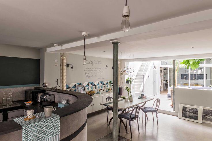 Agencement et décoration d'une salle à manger graphique et poétique, dans cette maison à l'esprit loft atelier. Conception agence Murs & Merveilles I www.mursetmerveilles.fr
