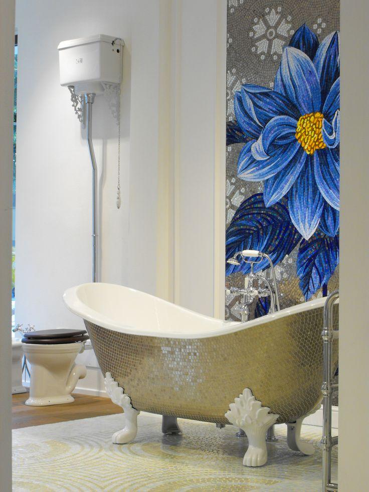 vasca con piedini stile inglese rivestita in mosaico platino,wc a cassetta stile inglese in ceramica, pannello floreale in mosaico. www.stanzedautore.it