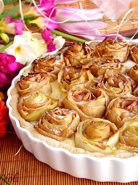 Apple pie with roses ~  Products:  For the dough:  125 g soft butter;  '70 powdered sugar;  1 egg;  1 vanilla;  1 tsp grated orange peel;  100 g finely ground almonds  150 g flour For the cream, 400 ml milk, 100 ml white wine, 3 egg yolks, 1 vanilla ,1 tsp grated orange peel, 6 tablespoons sugar, 4 tablespoons flour peak, 5-6 apples.