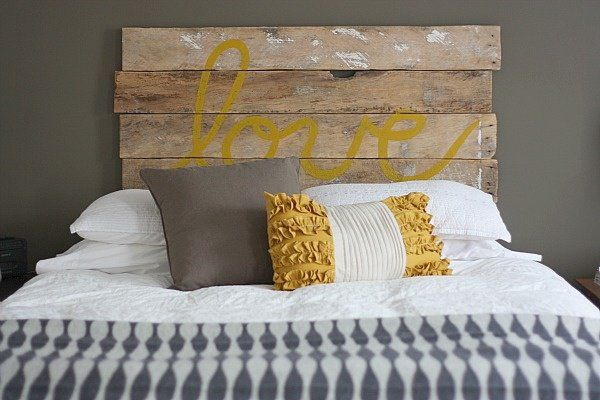 tête de lit en alettes de bois avec inscription ''amour''
