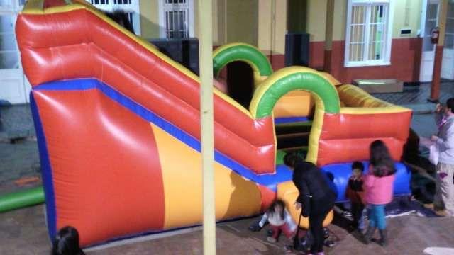 Arriendo juego inflable y cama elástica  Arriendo: Tobogán inflable grande de 8 mts.largo por  ..  http://valparaiso-city.evisos.cl/arriendo-juego-inflable-y-cama-elastica-id-583867