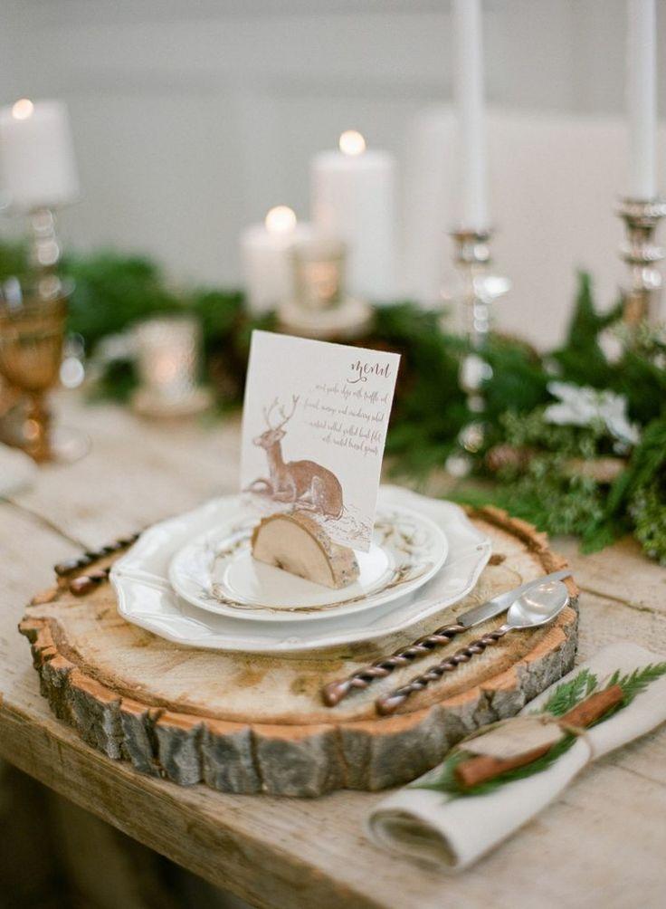 idées décoration mariage rustique - dessous d'assiette rondelle de bois, menu mariage avec imprimé cerf et branchettes vertes