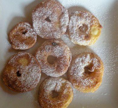 Gebackene Apfelringe schmecken herrlich in Kombination mit Zwetschgenmus. Kinder lieben dieses Rezept.