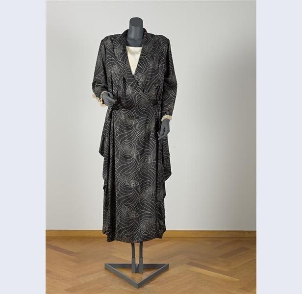 Jurk van zwarte zijde met witte, uitgespaarde spiraalvormige motieven Nederland circa 1919-circa 1920 zijde Gemeentemuseum Den Haag: 0556604