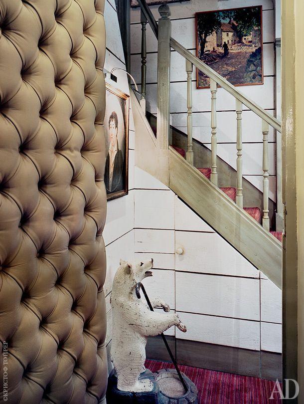 Прихожая. Старинная подставка для зонтов в виде белого медведя была привезена из Швейцарии.