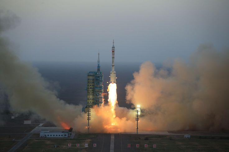 BEIJING (AP) — Tras despegar en un cohete el lunes, dos astronautas chinos comenzaron la misión espacial tripulada más larga del país: una estancia de 30 días en una estación espacial experimental que forma parte del proyecto del gobierno para convertir al país en una superpotencia espacial.