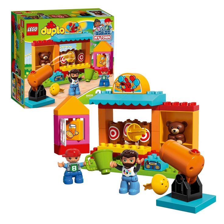 LEGO DUPLO 10839. Laat je peuter zelf het grappige kanon afvuren op de drie doelwitten in de LEGO DUPLO schiettent. Als het lukt de doelwitten omver te schieten, kunnen jullie een leuke prijs uitreiken aan een van de twee DUPLO figuren. Koop ook een lekker sapje bij de kiosk, haal dan samen de hele set uit elkaar en bouw hem opnieuw op! Afmeting:verpakking 28 x 26 x 9,5 cm. - LEGO DUPLO 10839 Schiettent