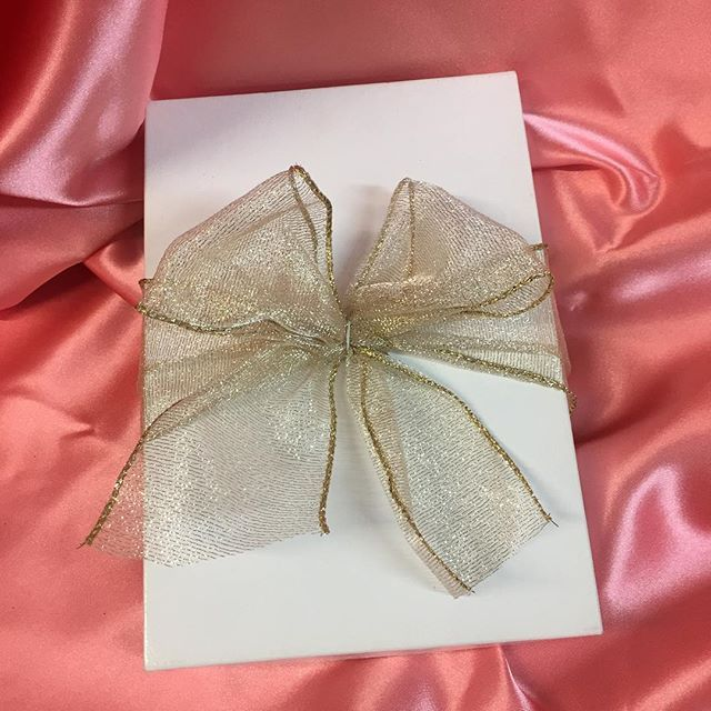 I can hardly contain my excitement to ship 6 of these little delights out for Christmas! A blog post will be up just after the holiday with the ingredients to design what's inside!! #surprise - - - #Haylily #blush #pink #gold #bow #bows #present #wedding #gift #bridesmaid #bride #weddinggift #ido #diy #creativepreneur #calligraphy #glitter #confetti #pink #risingtidesociety #abmlifeiscolorful #thatsdarling #CharlotteCalligrapher #HaylilyWedding #FlourishYourLife