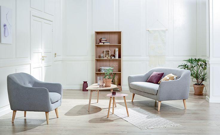 Nordic Retro i miljø: EGEDAL sofa og EGEDAL lenestol, KALBY bokhylle, LEJRE sofabord, TAPS hjørnebord | Skandinaviske hjem, nordisk design, Nordic Retro, Skandinavisk design, nordiske hjem, retro | JYSK