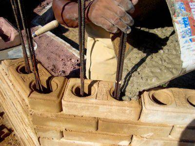 Obra com tijolo solo-cimento / Viamaq Prensas/ angulo maior q 90