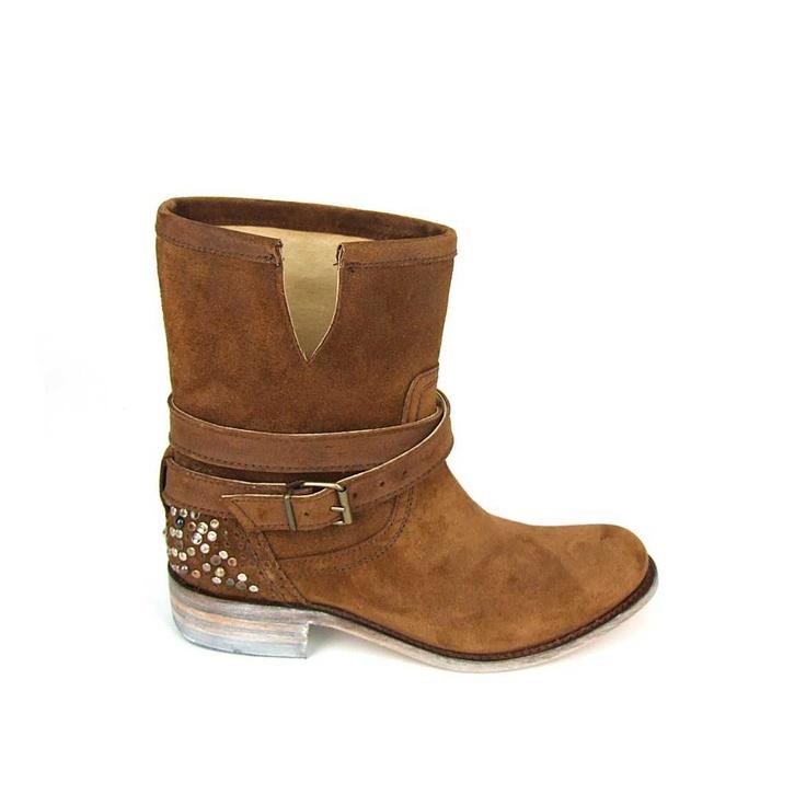 Super fraaie laarzen van het duurzame merk Sendra! Deze trendy boots hebben een prachtige leest en zijn  helemaal van leer. Op de achterkant van de hiel studs in de kleuren zilver, brons en metallic. Over de wreef een riem die met een gesp is te stellen. Sendra boots online te bestellen bij Shoehoo en gratis thuisbezorgd