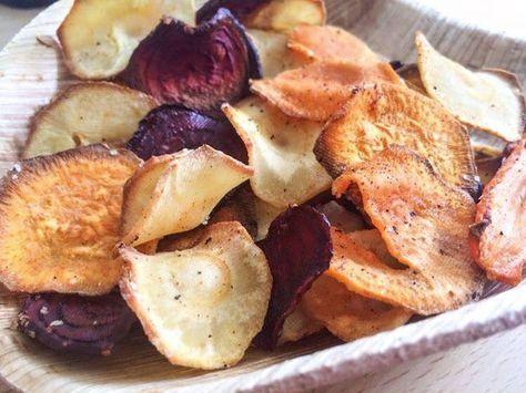 Groentechips uit de oven met kokosolie 1 pastinaak, 1 rode biet, 1 winterpeen, 1 zoete aardappel, 1 el kokosolie, kruiden -Groenten in hele dunne schijfjes snijden - Op vellen keukenpapier leggen en nog een vel keukenpapier erop zodat het alle vocht absorbeert. Druk het goed aan. -Oven op 180 graden voorwarmen -Leg de groente op bakpapier op bakplaat (met ruimte tussen groenten) -15/20 minuten in de oven - Draai ze eventueel tussentijds om.