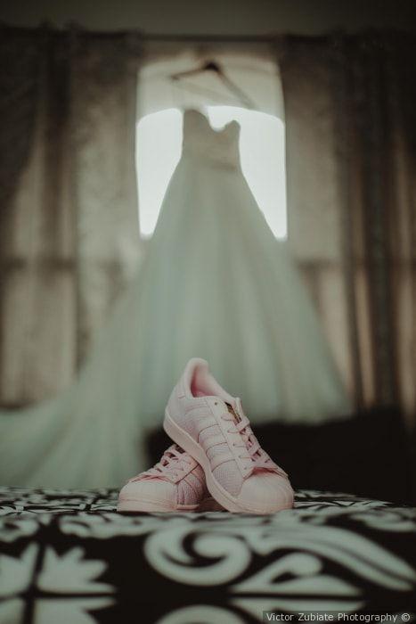 Tenis para boda. #shoes #wedding #boda #fashion #bride #highheels #color #metalic #bridal #zapatos #tacones #complementosdenovia #weddingday #noviasconestilo #novia