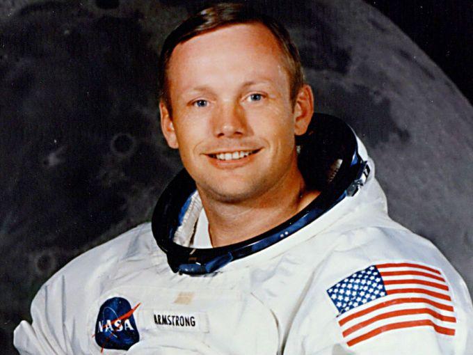 """Este sábado dijimos adiós a un hombre que cambió nuestra percepción del universo. Neil Armstrong, el primer hombre que caminó sobre la luna, murió a los 82 años en Ohio, Estados Unidos.  """"Un pequeño paso para el hombre, pero un gran paso para la humanidad"""". Sus palabras han sido recordadas durante años. Las oímos en 1969 cuando por primera vez el ser humano tocaba una superficie que no fuera terrestre, mientras el mundo entero observaba sus pasos a través de la TV."""