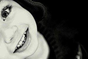 A maior virtude do ser humano, é manter um sorriso nos lábios enquanto o coração explode de dor.