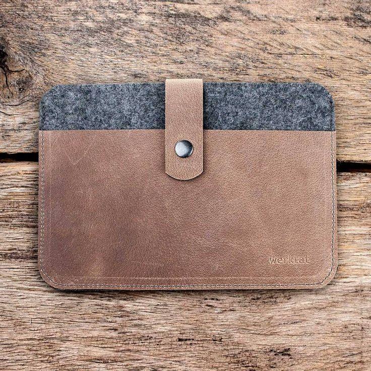 Die Tablet Tasche Fachwerk für iPad Pro mit Verschluss und Druckknopf. Da kann nichts mehr passieren und Smartphone, Kugelschreiber und Blöckchen finden auch noch Ihren Platz ... feinster 3 mm Wollfilz aus Merino-Wolle und 2 mm Leder