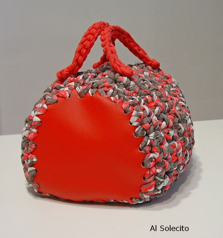 Bolso de trapillo. Crochet bag. - note method of attaching leather ends