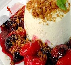 Vanilla cheesecake with berry compote