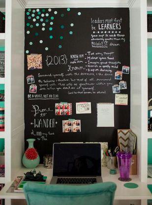 LOUSA DE CASA | faça do cantinho de estudos um espaço onde seu filho possa se expressar livremente. Ao pintar a parede à frente da escrivaninha com tinta-lousa, você o permite escrever textos e desenhar quando e quantas vezes quiser. #façavocêmesmo #diy #cantodeestudos #TecnisaDecor #Tecnisa Foto: IKEA
