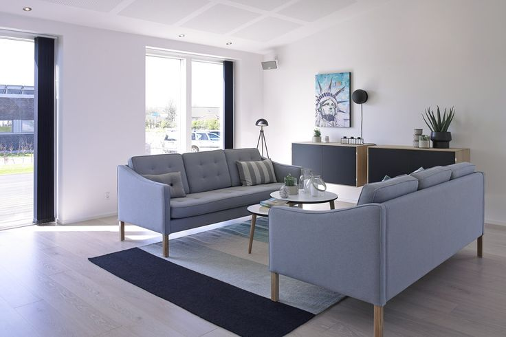 Hyggeligt stue i moderne stil med loft til kip.