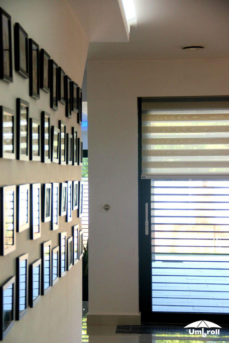 A két fázisba állítható sávroló, ha akarod teljesen beengedi a fényt, míg a sávok váltogatásával szabályozhatod a beszűrődő nap erősségét is.
