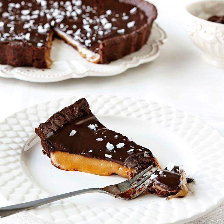 Mumsig med stort M är vår chokladpaj med spröd chokladmördeg, salt smörkola och chokladganache på toppen.
