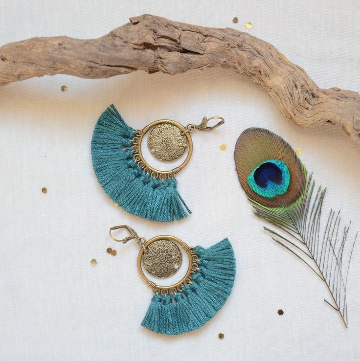 Boucle d'oreilles émeraude verts pompons, bijoux ethniques et chics en bronze et vert, boucles d'oreilles tendances, bijoux femmes