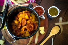 Te presentamos una receta fácil de hacer y deliciosa. Las papas con chorizo es una típica comida mexicana, perteneciente a las categorías de comidas rápidas y comida fácil en nuestro país. Las papas con chorizo son deliciosas, baratas y es ideal para elaborar una taquiza para una fiesta donde vayan a asistir muchas personas. Es un platillo clásico dentro de las comidas caseras de México, siendo una de las recetas rápidas más cocinadas en nuestra gastronomía.