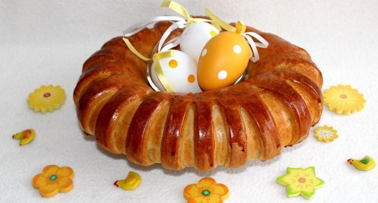Húsvéti sonkás-tormás koszorú recept: Ez a sonkás-tormás koszorú nálunk minden évben ott van a húsvéti asztalon. Előfordul, hogy édes változatban is elkészítem, dióval, vagy csokoládéval töltve, de ez a sonkás-tormás változat mindig állandó. Nem csak szép dísze a megterített asztalnak, de nagyon finom is. :)