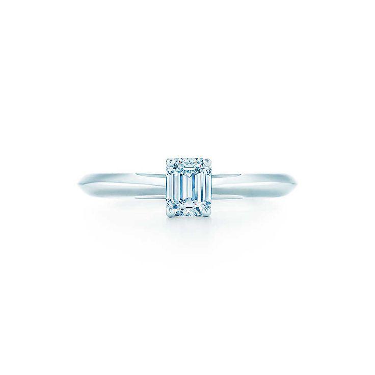 Бриллиант в классической изумрудной огранке и платиновой оправе производит сильное впечатление.