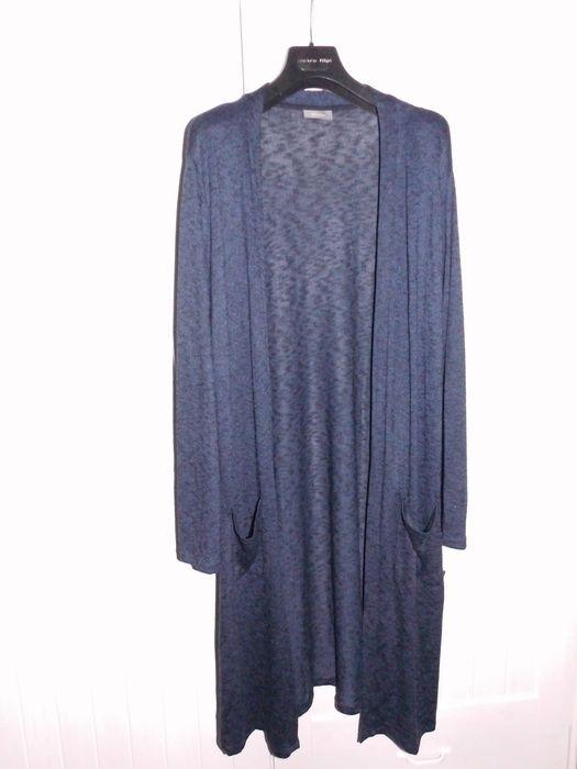 Dlouhý temně modrý cardigan s dlouhými rukávy a kapsičkami