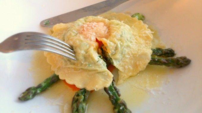 Ravioli de ricotta, espinacas y salmón con yema de huevo