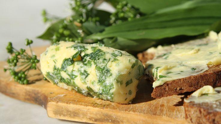 Det er ikke alle som vet hvor enkelt det er å lage sitt eget smør. Hvis du bruker rømme i tillegg til fløte, får smøret en fin syrlighet. Her smaksetter jeg smøret med ramsløk og havsalt, men du kan også bruke en kombinasjon av urter, for eksempel rosmarin, timian og salvie. Oppskriften er fra Sommeråpent.