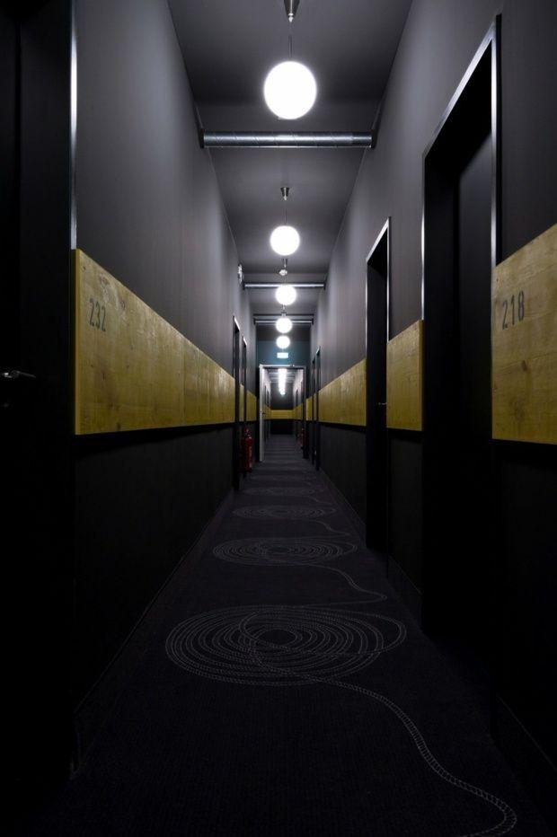 couloir sobre paré d'une rayure jaune