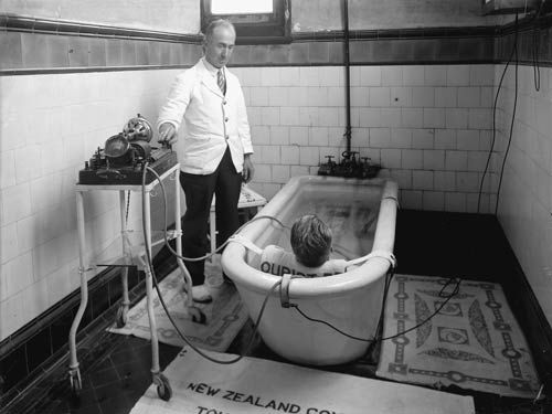 New Zealand's first therapeutic spa opened in Rotorua in 1885 and spa treatments soon became popular. This man is receiving an electricity-based treatment in the 1920s.