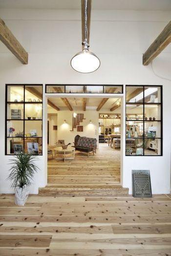 ガラス+アイアンも、とても相性が良い組み合わせです。白と無垢の木材でまとめられたナチュラルなインテリア空間ですが、飾り窓の枠をアイアンにすれば、一気に引き締まりますね♪