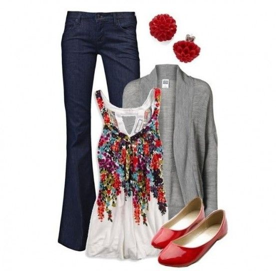 Top colorato, cardigan grigio e accessori rossi