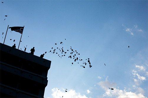 12-6-2015 Στη χθεσινή συγκέντρωση του ΠΑΜΕ στο Σύνταγμα διαδηλωτές πετούν φυλλάδια απο την ταράτσα του κατειλημμένου Υπ. Οικονομικών.