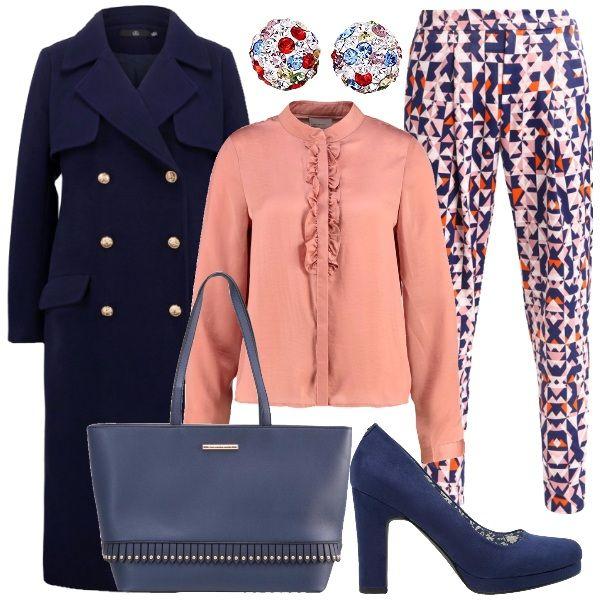 Un pantalone super colorato viene accompagnato da una camicetta rosa con rouches centrali. Un caldo cappotto lungo blu navy avvolge il tutto. Un tocco di luce è dato dagli orecchini formati da piccolo cristalli multicolori.