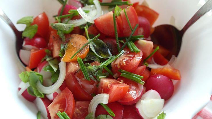 Esta ensalada de tomate con rábanos es súper fácil de preparar, saludable y está riquísima. Conoce las propiedades de los rábanos.