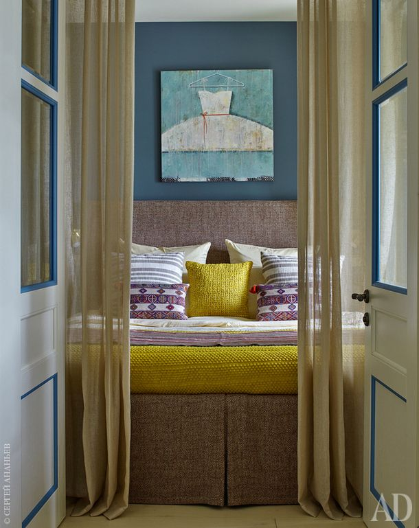 Спальня. Балдахин — непременное условие хозяйки. Над кроватью картина Тани Дручининой.