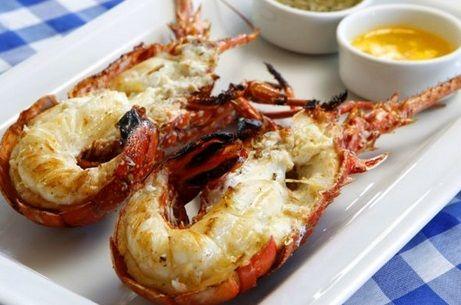 Deliciosas caudas de lagostas grelhadas e temperadas com limão e alho. Um prato sofisticado que você prepara sem muito trabalho.