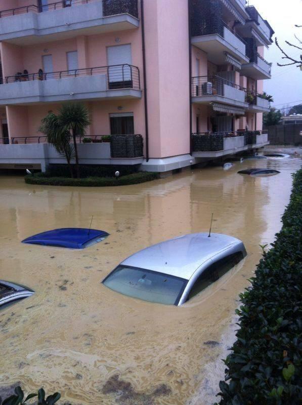 Pescara sott'acqua. Strade come fiumi. Esondato il Pescara.