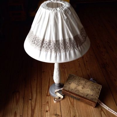 LAMPADA CON CAPPELLO BIANCO IN PIZZO Angelica Home&Country. Https://mrs-house.com