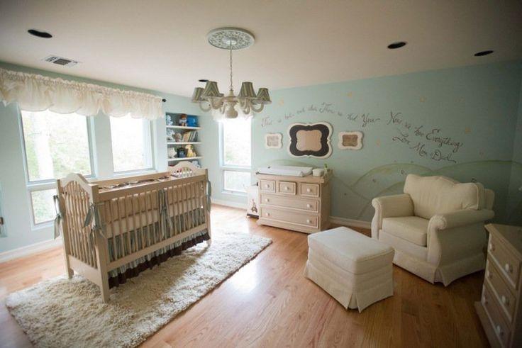 décoration chambre bébé garçon en bleu et lit de bébé en bois