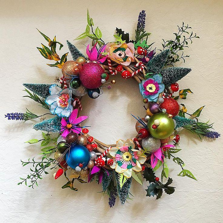Man kan jo næsten høre juleklokkerne bimle og bamle i anledning af at endnu en krans er klar ☺️✌️❤️ #DIY #skidtogkanel #julekrans #jul #christmaswreath #christmas #decor #jylepynt #christmasdecorations ❤️✌️